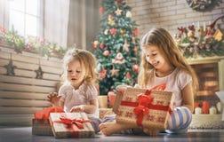 Κορίτσια που ανοίγουν τα δώρα Στοκ φωτογραφίες με δικαίωμα ελεύθερης χρήσης