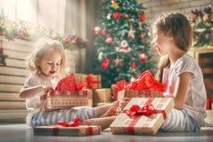 Κορίτσια που ανοίγουν τα δώρα Στοκ Φωτογραφίες