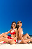 Κορίτσια που απολαμβάνουν της ελευθερίας στην παραλία Στοκ Εικόνες