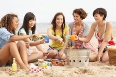 Κορίτσια που απολαμβάνουν τη σχάρα στην παραλία από κοινού Στοκ φωτογραφίες με δικαίωμα ελεύθερης χρήσης