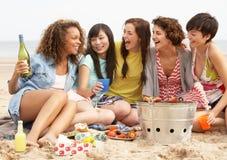 Κορίτσια που απολαμβάνουν τη σχάρα στην παραλία από κοινού Στοκ εικόνες με δικαίωμα ελεύθερης χρήσης