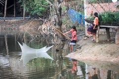 Κορίτσια που αλιεύουν στο χωριό της απαγόρευσης Kong Lo Στοκ Εικόνες