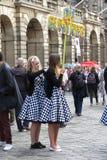 Κορίτσια που βοηθούν το ένα το άλλο για να ντύσει Στοκ Φωτογραφίες
