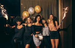 Κορίτσια που γιορτάζουν τη νέα παραμονή ετών στο νυχτερινό κέντρο διασκέδασης στοκ εικόνες