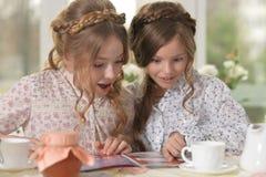 Κορίτσια που διαβάζουν το περιοδικό Στοκ φωτογραφία με δικαίωμα ελεύθερης χρήσης
