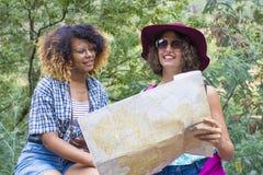 Κορίτσια που διαβάζουν το χάρτη Στοκ φωτογραφίες με δικαίωμα ελεύθερης χρήσης