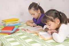 κορίτσια που διαβάζουν &de Στοκ φωτογραφία με δικαίωμα ελεύθερης χρήσης
