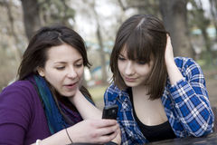 κορίτσια που διαβάζουν sms στοκ εικόνες