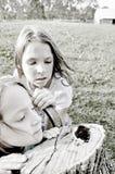Κορίτσια που εξετάζουν μια πεταλούδα Στοκ Εικόνες