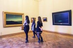 Κορίτσια που εξετάζουν τα έργα ζωγραφικής Arkhip Kuindzhi στο κράτος ρωσικά Στοκ Εικόνες