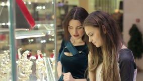 Κορίτσια που εξετάζουν την προθήκη σε ένα κατάστημα κοσμήματος απόθεμα βίντεο