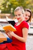 Κορίτσια που διαβάζουν τα βιβλία Στοκ φωτογραφία με δικαίωμα ελεύθερης χρήσης