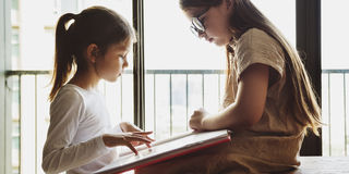 Κορίτσια που διαβάζουν την έννοια μελέτης βιβλίων Στοκ εικόνα με δικαίωμα ελεύθερης χρήσης