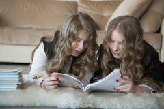 κορίτσια που διαβάζουν δύο Στοκ Φωτογραφία