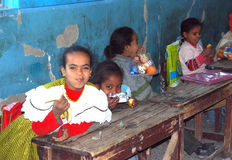 Κορίτσια που κάθονται σε τους δίσκους τους στο σχολείο στην Αίγυπτο στοκ φωτογραφία