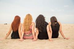 Κορίτσια που κάθονται στην παραλία Στοκ Φωτογραφία