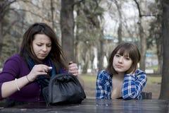 κορίτσια που κάθονται τ&omicro Στοκ εικόνες με δικαίωμα ελεύθερης χρήσης