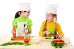 κορίτσια που κατασκευάζουν τη σαλάτα δύο Στοκ φωτογραφία με δικαίωμα ελεύθερης χρήσης