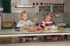 Κορίτσια που κατασκευάζουν muffins Στοκ Εικόνες