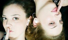 κορίτσια που κρατούν τα μ&up Στοκ εικόνα με δικαίωμα ελεύθερης χρήσης