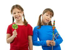 κορίτσια που κρατούν lollipops στοκ φωτογραφία με δικαίωμα ελεύθερης χρήσης