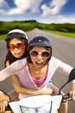 κορίτσια που οδηγούν το μηχανικό δίκυκλο δύο στοκ φωτογραφία με δικαίωμα ελεύθερης χρήσης