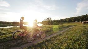 Κορίτσια που οδηγούν το ποδήλατο στην επαρχία απόθεμα βίντεο
