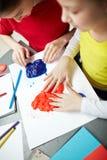 Κορίτσια που παίζουν με Plasticine στο αναπτυξιακό κέντρο παιδιών Στοκ Εικόνες
