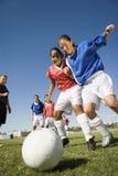 Κορίτσια που παίζουν το ποδόσφαιρο Στοκ φωτογραφία με δικαίωμα ελεύθερης χρήσης