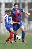 Κορίτσια που παλεύουν για τη σφαίρα κατά τη διάρκεια του παιχνιδιού ποδοσφαίρου στοκ εικόνες