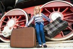 Κορίτσια που περιμένουν να προσγειωθεί στην πλατφόρμα μέσα στοκ εικόνες