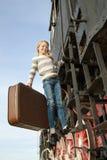 Κορίτσια που περιμένουν να προσγειωθεί στην πλατφόρμα μέσα στοκ εικόνες με δικαίωμα ελεύθερης χρήσης