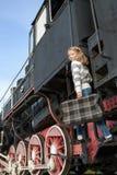 Κορίτσια που περιμένουν να προσγειωθεί στην πλατφόρμα μέσα στοκ εικόνα