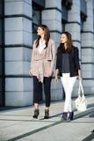 κορίτσια που περπατούν τις νεολαίες Στοκ Εικόνα