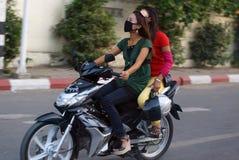 Κορίτσια που πηγαίνουν από το byke στο Mandalay στη Βιρμανία, Ασία Στοκ Εικόνες