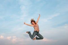 κορίτσια που πηδούν υπαίθ Στοκ φωτογραφία με δικαίωμα ελεύθερης χρήσης