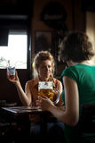 Κορίτσια που συγκεντρώνονται στο μπαρ Στοκ εικόνα με δικαίωμα ελεύθερης χρήσης