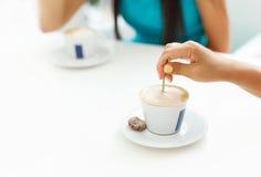 Κορίτσια που συναντούν το πρωί καφέ στο café Στοκ Εικόνες