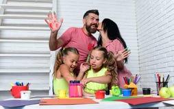 Κορίτσια που σύρουν με τα ζωηρόχρωμα χρώματα στοκ φωτογραφία με δικαίωμα ελεύθερης χρήσης
