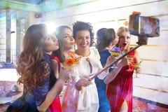 Κορίτσια που τα ποτήρια των κοκτέιλ στο κόμμα στοκ εικόνα με δικαίωμα ελεύθερης χρήσης