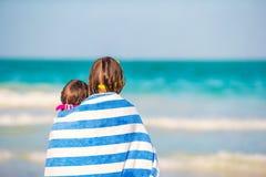 Κορίτσια που τυλίγονται στην πετσέτα στην τροπική παραλία το βράδυ Στοκ εικόνα με δικαίωμα ελεύθερης χρήσης