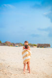 Κορίτσια που τυλίγονται στην πετσέτα στην τροπική παραλία το βράδυ Στοκ φωτογραφίες με δικαίωμα ελεύθερης χρήσης