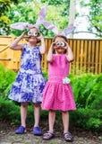 Κορίτσια που φορούν τα αυτιά λαγουδάκι και τα ανόητα μάτια αυγών Στοκ φωτογραφία με δικαίωμα ελεύθερης χρήσης