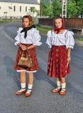 Κορίτσια που φορούν το παραδοσιακό κοστούμι Στοκ Εικόνα