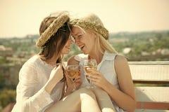 Κορίτσια που χαμογελούν με τα γυαλιά σαμπάνιας υπαίθρια Στοκ Εικόνα