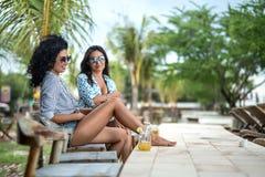 Κορίτσια που χαλαρώνουν με τα κοκτέιλ Στοκ φωτογραφία με δικαίωμα ελεύθερης χρήσης
