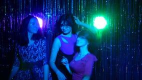Κορίτσια που χορεύουν σε ένα νυχτερινό κέντρο διασκέδασης απόθεμα βίντεο