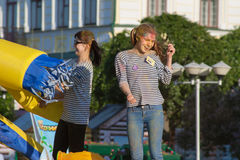 Κορίτσια που χορεύουν στη σκηνή στο φεστιβάλ των χρωμάτων Holi Cheboksary, Chuvash Δημοκρατία, Ρωσία 06/01/2016 Στοκ Φωτογραφίες