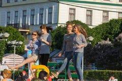 Κορίτσια που χορεύουν στη σκηνή στο φεστιβάλ των χρωμάτων Holi Cheboksary, Chuvash Δημοκρατία, Ρωσία 06/01/2016 Στοκ Εικόνες