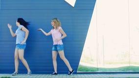 Κορίτσια που χορεύουν στο πάρκο φιλμ μικρού μήκους